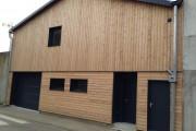 Isolation par l'extérieur et bardage clin mélèze contemporain, remplacement de fenêtres et porte de garage