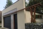 Structure bois décorative, charpente, porte sectionnelle motorisée , fenêtres alu laquées, clin en red cedar