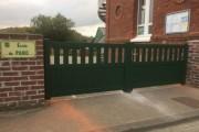 Portail aluminium vert anglais à barreaudage et sous-bassement plein